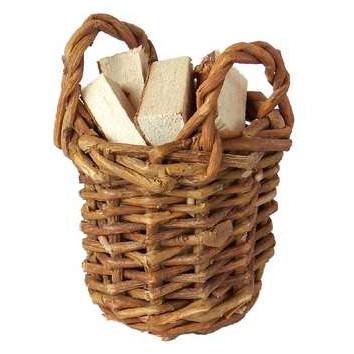 Weidenkorb mit Holzscheiten